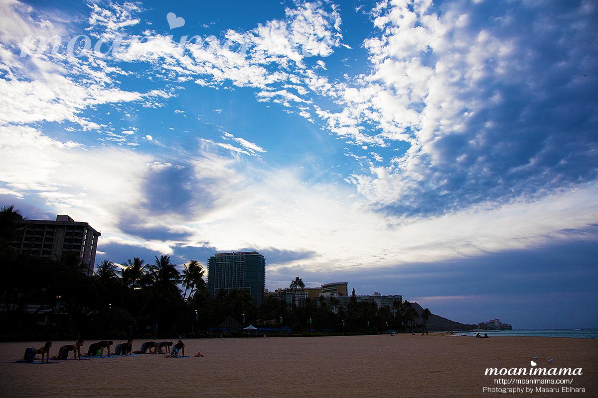 ハワイで早朝ビーチヨガ